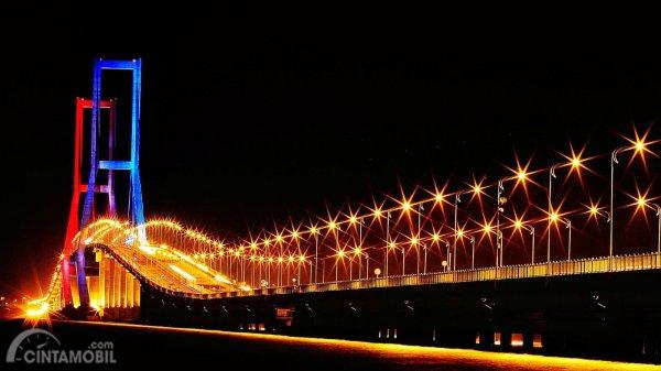 Foto keindahan Jembatan Suramadu di malam hari