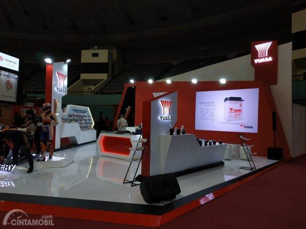 gambar menunjukan booth Produsen Aki Yuasa berwarna merah dan putih