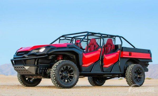 Gambar yang menunjukan Honda Rugged Open Air Vehicle di gurun pasir