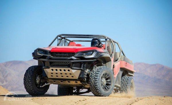 Gambar yang menunjukan pengendalian Honda Rugged Open Air Vehicle