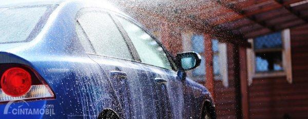 Cuci mobil setelah terkena air hujan dengan bilasan air bertekanan lebih supaya tidak terjadi korosi
