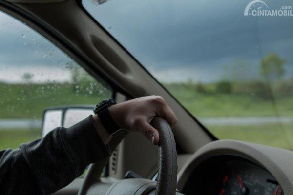 Mengubah gaya berkendara khususnya menggunakan transmisi rendah serta mematikan AC selama melaju di area genangan air