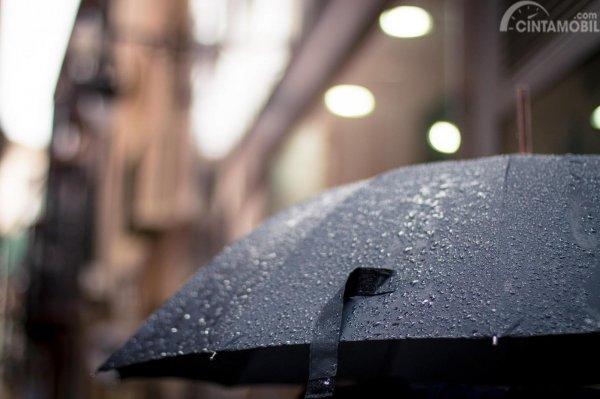 Pastikan payung selalu ada dalam mobil Anda, sehingga Anda tidak kebasahan ketika keluar dari mobil