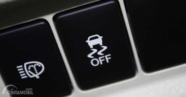 Fitur kestabilan pada mobil bisa Anda gunakan ketika melaju di area licin