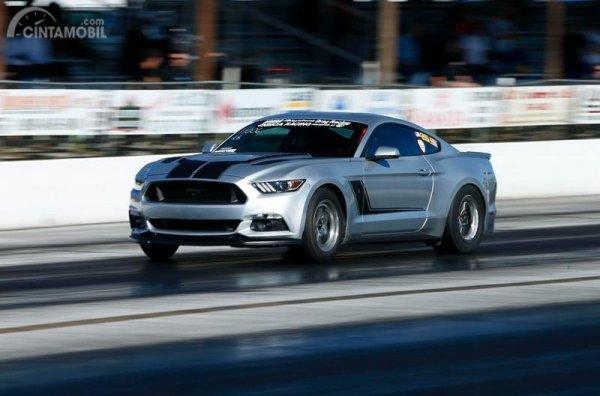 Ford Mustang berwarna silver Drag Race