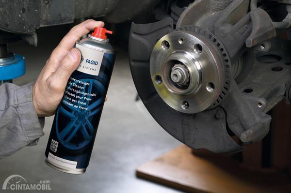 Semprotkan cairan penetran pada rem mobil ketika Anda merasakan adanya indikasi kerusakan saat melewat genangan air