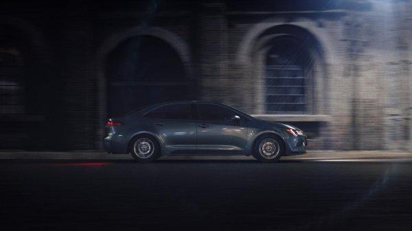 foto toyota corolla altis sporty 2019 berwarna biru dilihat dari sisi samping sedang parkir di tempat yang gelap