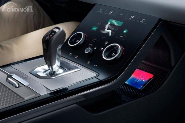 Fitur hiburan Land Rover Evoque 2019 menggunakan panel Head Unit berukuran 10 inci
