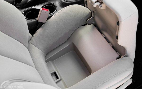 Foto kompartemen di bawah kursi mobil