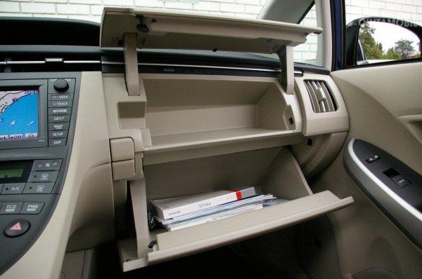 Foto kompartemen di dashboard Toyota Prius
