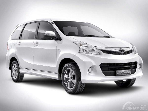 Gambar mobil Toyota Avanza Veloz 1.5 2011 berwarna putih dilihat dari sisi depan