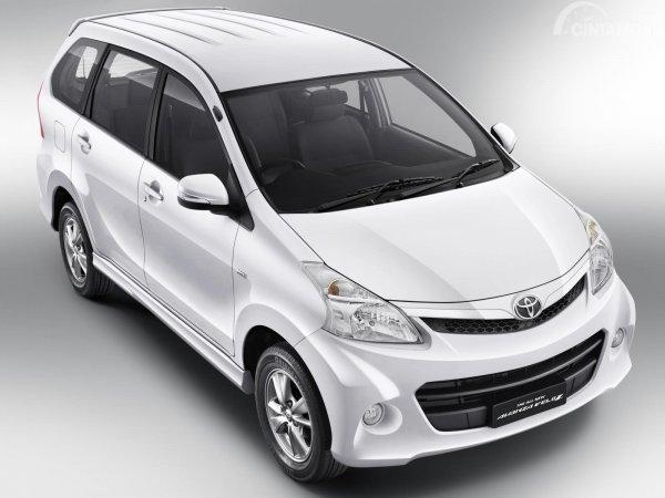 Gambar keseluruhan mobil Toyota Avanza Veloz 2011 berwarna putih dilihat dari sisi depan