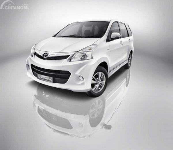 Gambar bagian depan mobil Toyota Avanza Veloz 2011 berwarna putih