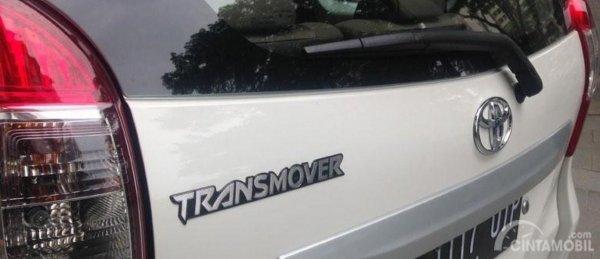 Gambar emblem Transmover di Toyota Avanza Transmover