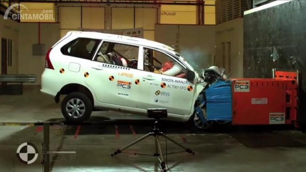 Gambar sebuah mobil Toyota Avanza Crashed Test 2016