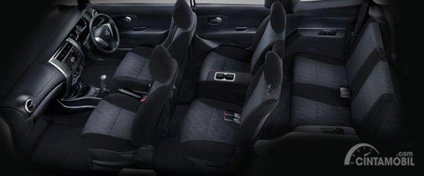 Kursi Nissan Grand Livina X-Gear 2013 dihias apik dengan warna hitam