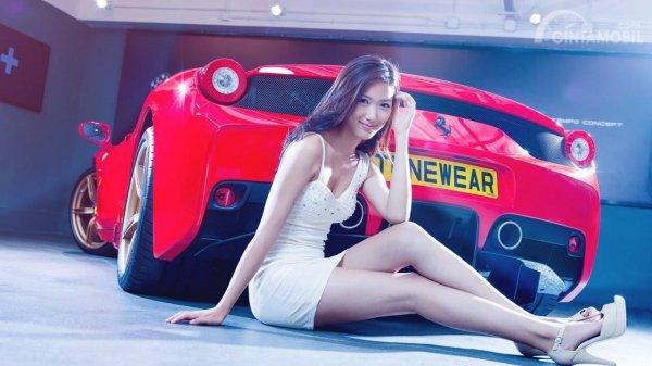 Foto seorang gadis bersama sebuah mobil baru