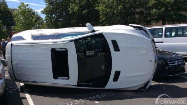 Foto mobil putih terbalik