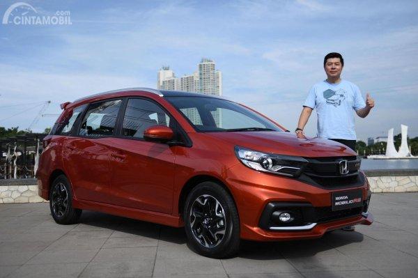 Gambar seorang laki-laki sedang memfoto bersama mobil New Honda Mobilio RS CVT 2019