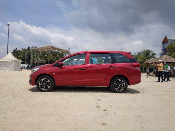 Tampak eksterior samping mobil New Honda Mobilio S MT 2019 berwarna merah