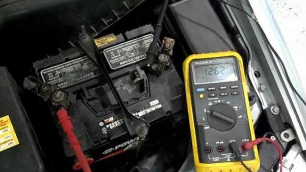 Pemeriksaan daya aki menggunakan amperemeter