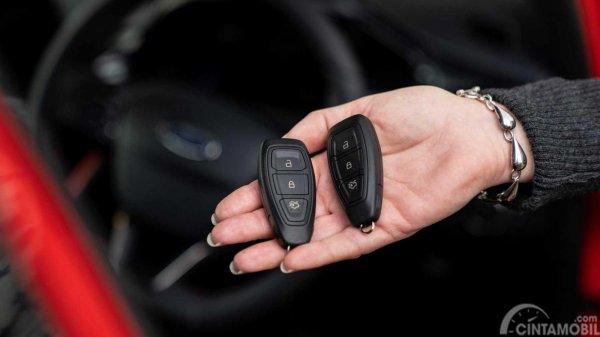dua buah kunci fob Ford dalam genggaman