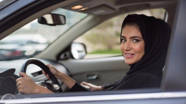 Foto wanita Arab yang sudah diperbolehkan mengemudi oleh Raja Arab Saudi, Salman bin Abdul Aziz