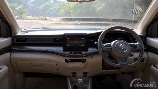 Gambar menunjukkan layout dasbor Suzuki Ertiga Diesel 2019