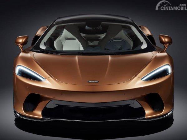 Gambar menunukkan desain bagian depan mobil McLaren GT 2019 berwarna orange