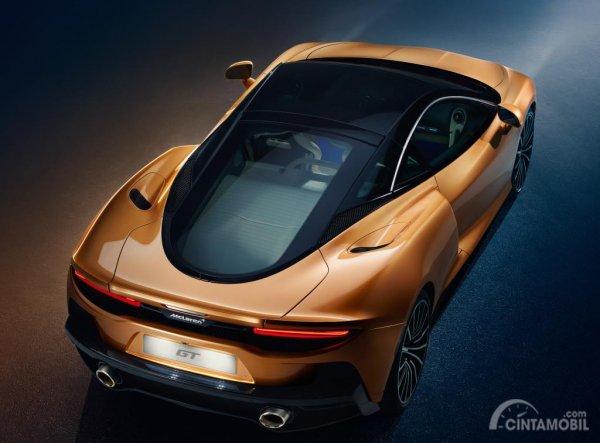 Gambar menujukkan tampilan Belakang McLaren GT 2019 berwarna orange
