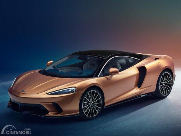 Gambar menunjukkan desain bagian samping mobil McLaren GT 2019 berwarna orange