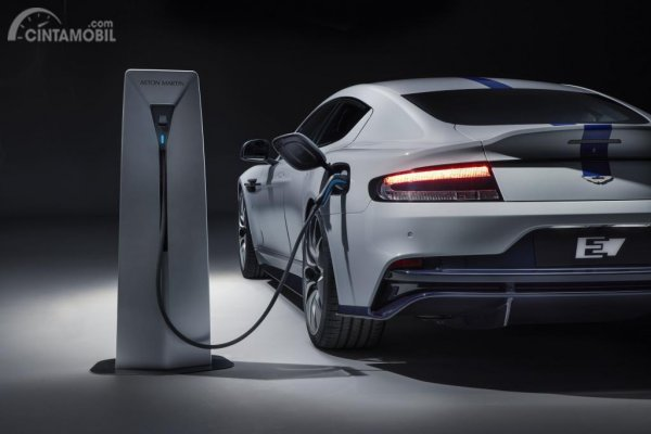 Foto penampilan Aston Martin Rapide E 2019 saat pengisian daya baterai