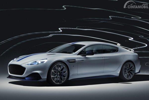 Foto penampilan Aston Martin Rapide E 2019 berwarna putih dilihat dari sisi depan
