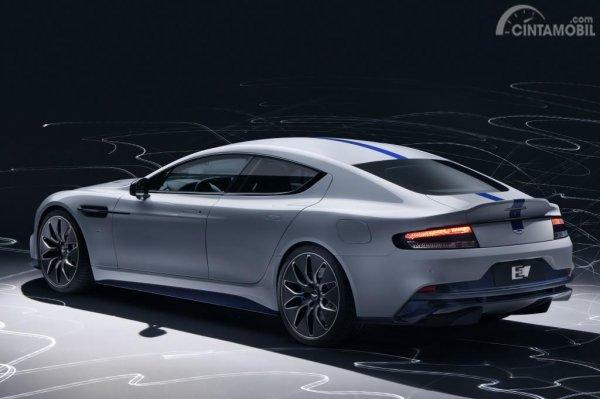 Foto penampilan Aston Martin Rapide E 2019 berwarna putih dilihat dari sisi belakang