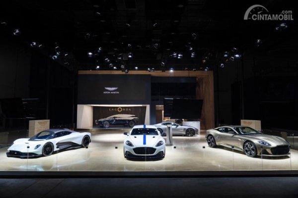Gambar menunjukkan 3 mobil Aston Martin Rapide E di Shanghai