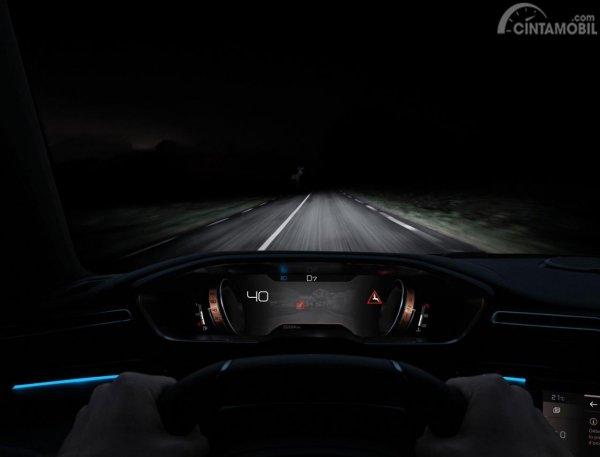 Gambar menunjukkan fitur  Night vision pada mobil All New Peugeot 508 SW 2019