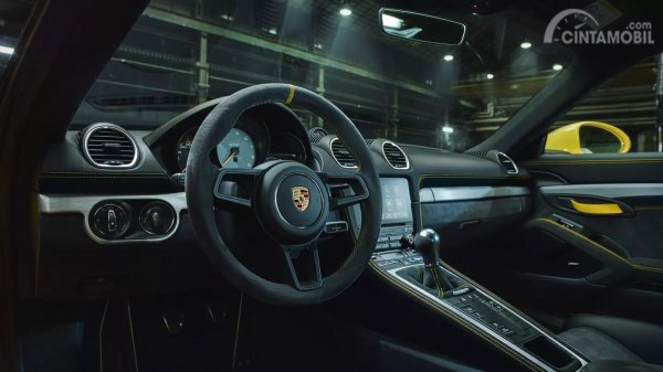 Bagian interior dari mobil Porsche 718 Cayman GT4 2019