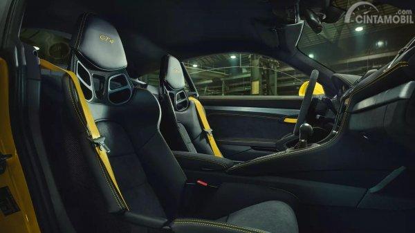 Gambar bagian jok dari mobil Porsche 718 Cayman GT4 2019