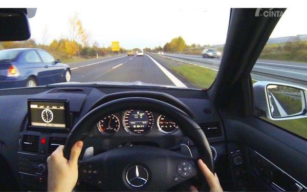 Foto menunjukkan posisi mobil siap mendahului kendaraan lain
