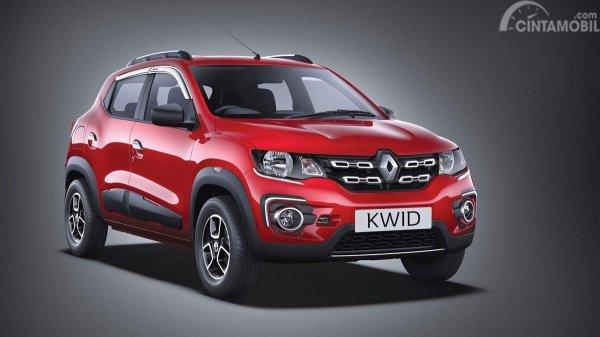 Gambar sebuah mobil  Renault Kwid Icon 2019 berwarna merah dilihat dari sisi depan