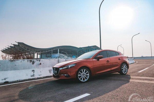 gambar sebuah mobil Mazda 3 2017 di kawasan BIJB