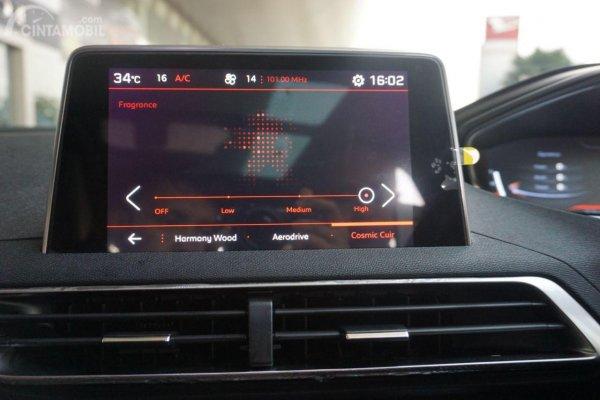 tampilan layar infotainment Peugeot 5008 berwarna hitam