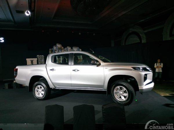 Gambar sebuah mobil New Mitsubishi Triton GLS 2019 berwarna silver dilihat dari sisi samping