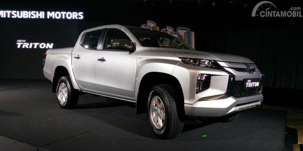 Gambar sebuah mobil New Mitsubishi Triton GLS MT Dual Cabin 4WD 2019 berwarna putih dilihat dari sisi depan