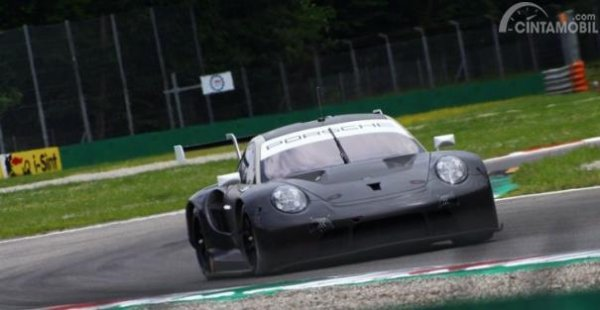 Porsche 911 RSR GTE dengan livery tes