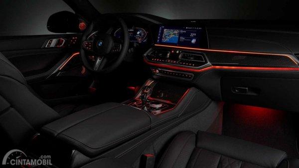 interior BMW X6 2019 berwarna hitam dengan garis merah