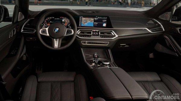 dasbor BMW X6 2019 berwarna hitam dan krom