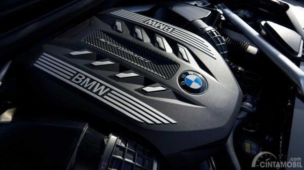 mesin BMW X6 2019 berwarna hitam dan krom