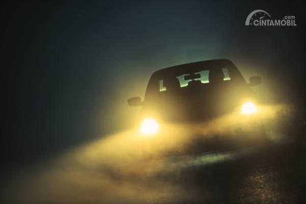Mobil di jalan berkabut