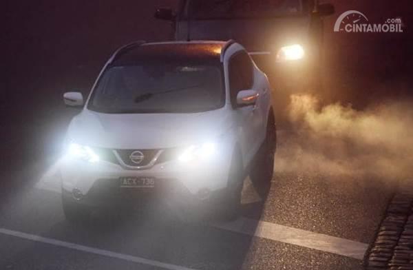 Mobil menyalahkan lampu utama